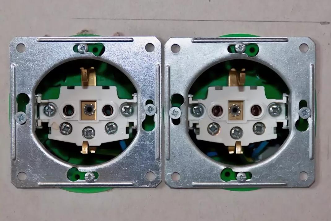 Электрические розетки в ванных комнатах и детали к ним.