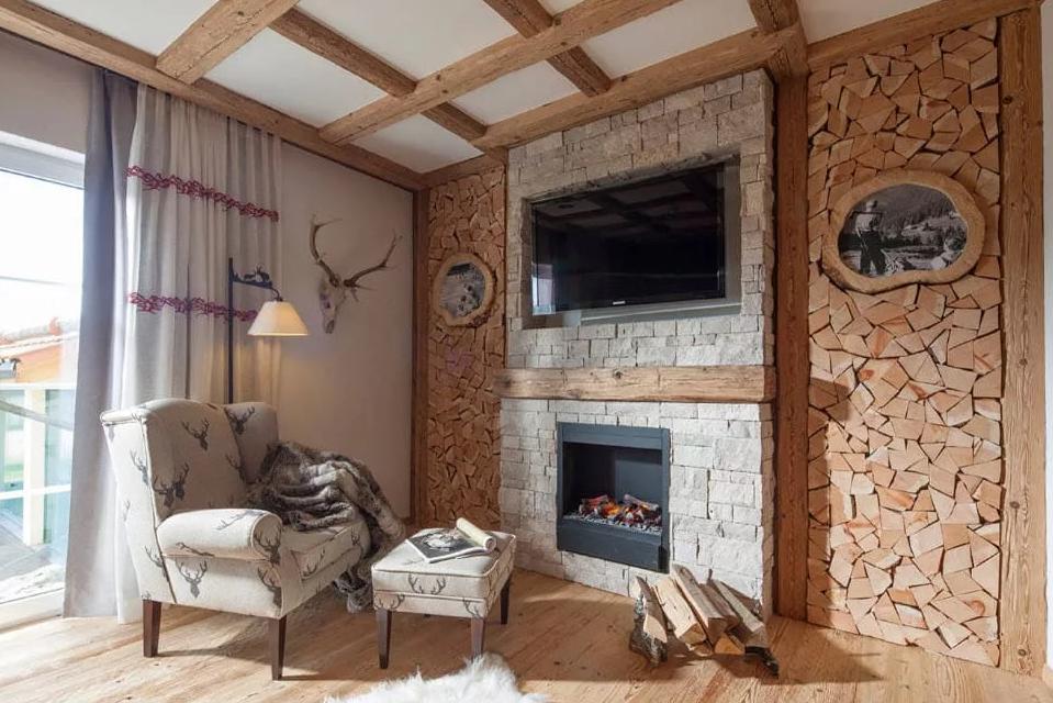 Разные отделочные материалы украсят ваш дом по своему.