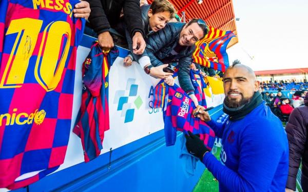 Артуро Видаль не сможет уйти из Барселоны как минимум до лета