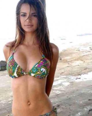 Эмили Ратаковски доказала, что у нее натуральная грудь, показав архивное фото